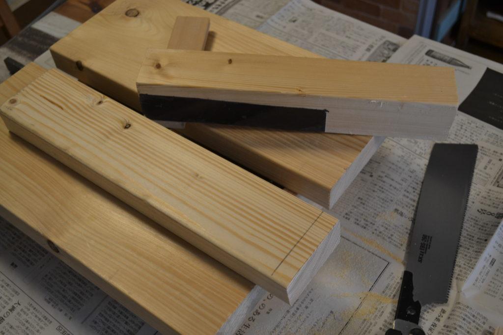 作業台に木材を置く