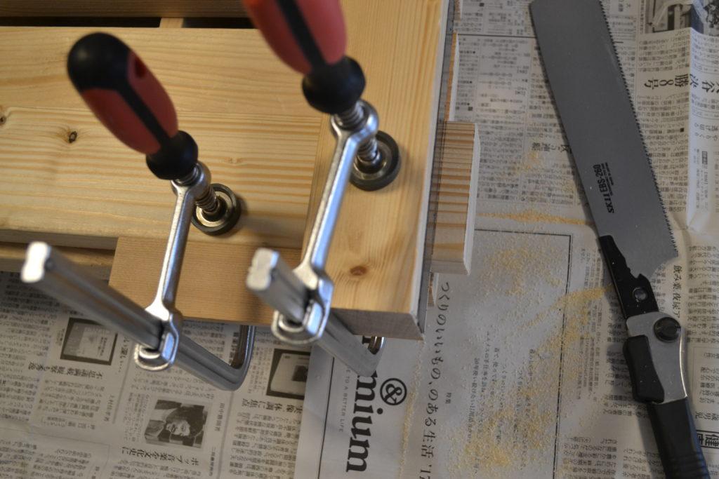 木材の上に、直角切りジグを乗せる