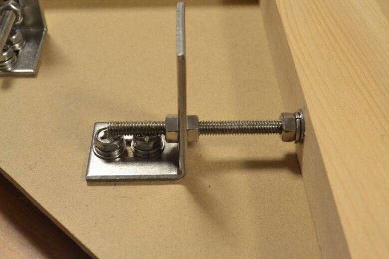 角度調整用のボルト