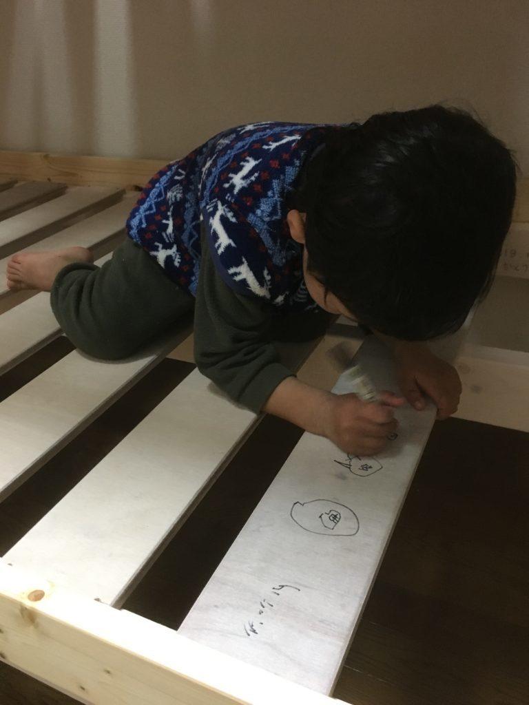 お絵かきする少年3歳