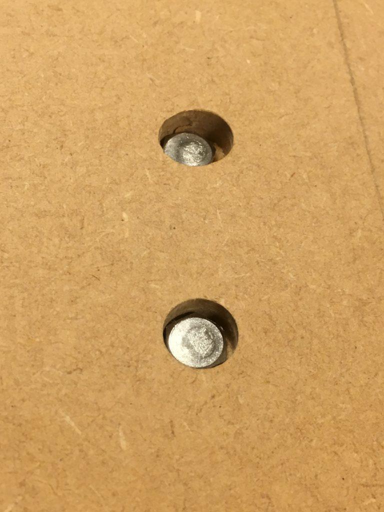 六角ボルトの頭は、座繰り穴に埋まるように