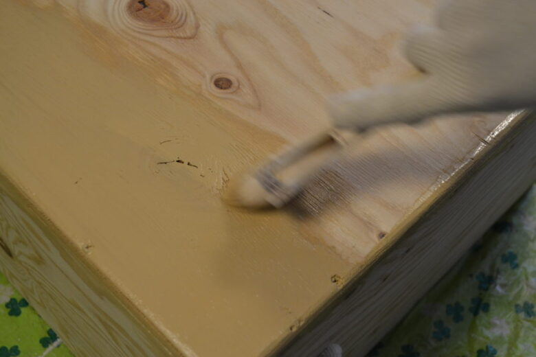 水で少し薄めて伸ばしやすくしてから塗装すると伸びよく塗装できます