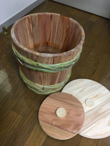 杉で作られた味噌樽