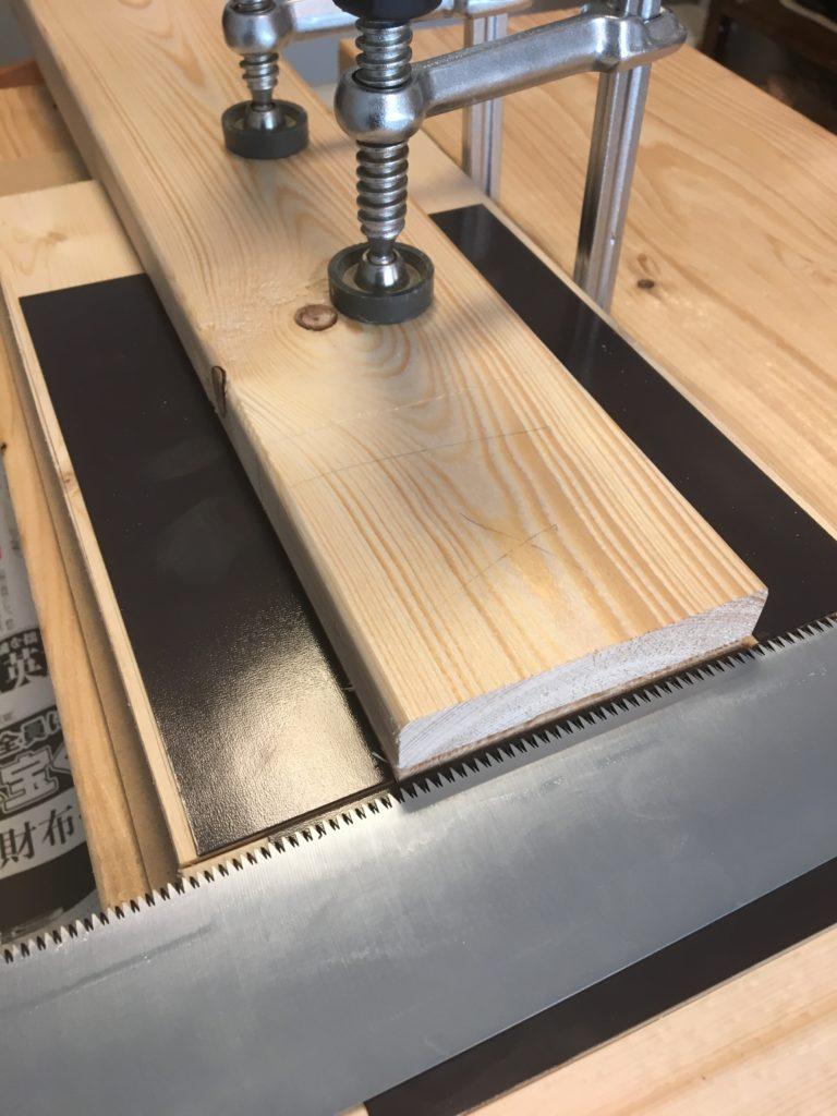材料とジグをクランプ