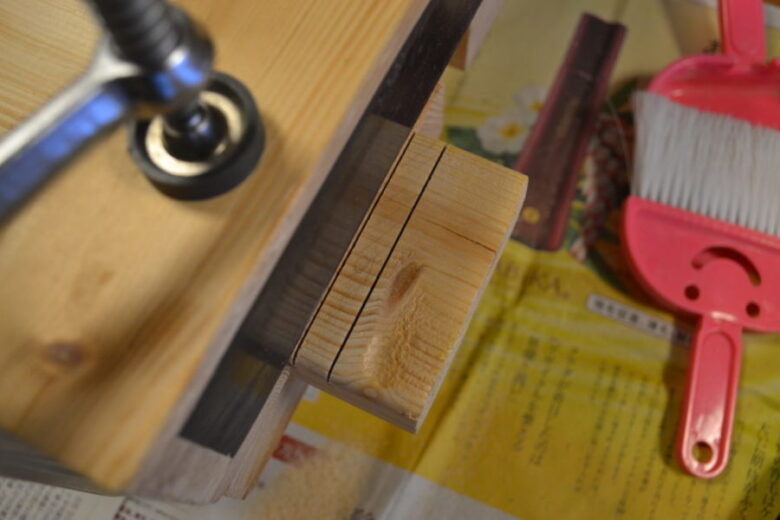 ×の部分を切り取るように切り込みを入れる