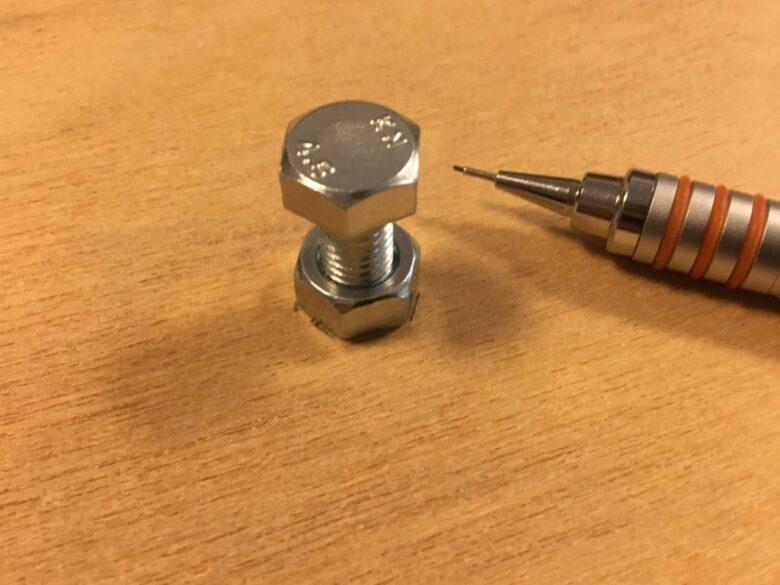 ナットをはめたボルトを穴に挿し込む