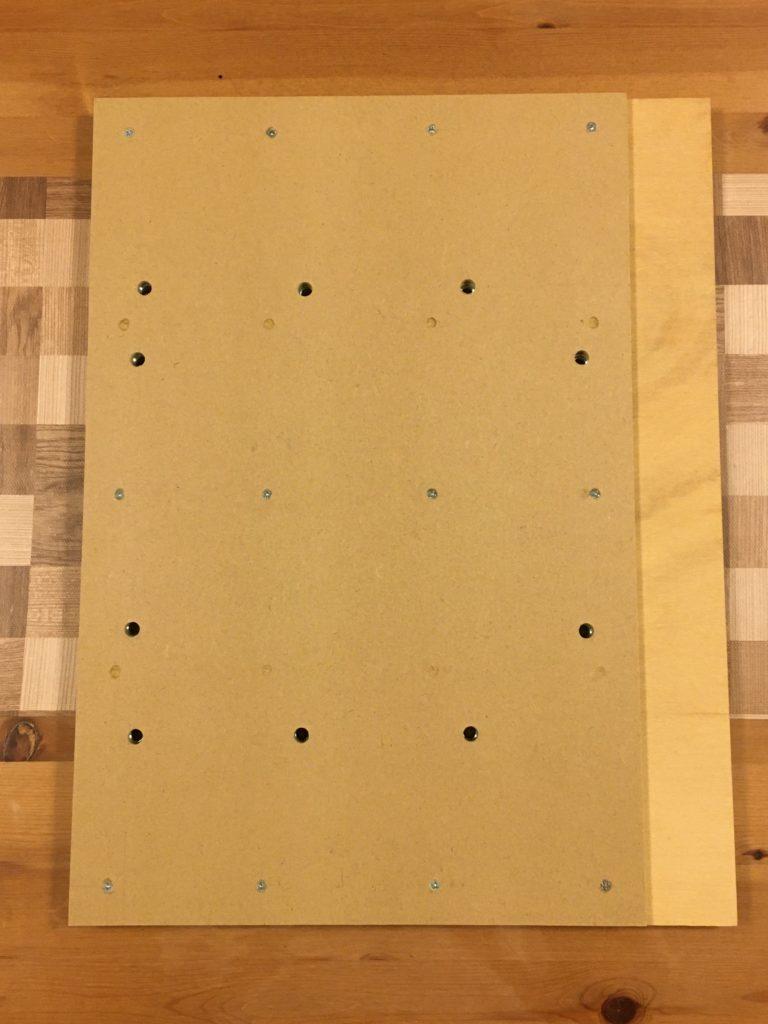 表板と基板をビスで固定する