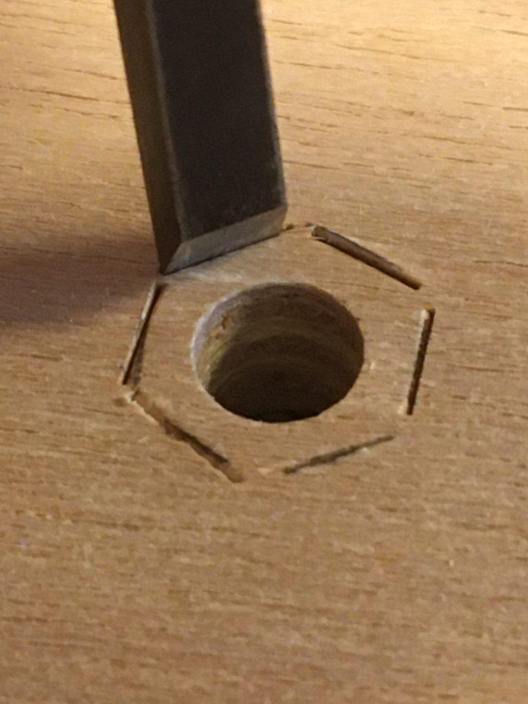 鑿で六角形に掘る