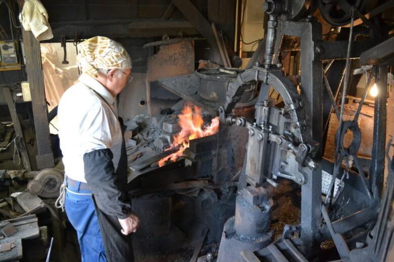 地金と鋼を炉で熱する