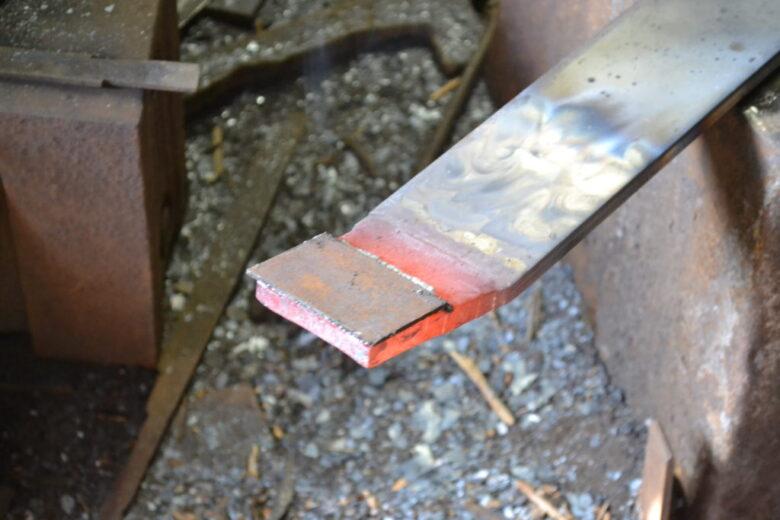地金に乗せた小さな板が『鋼』