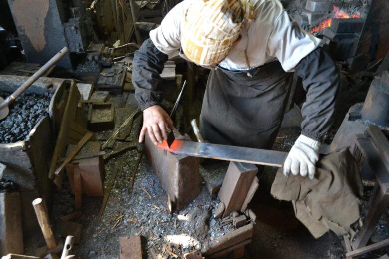 地金の先に鋼の薄板を乗せる