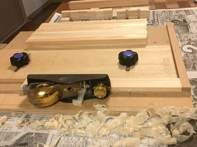 鉋で木材の幅を切りそろえる