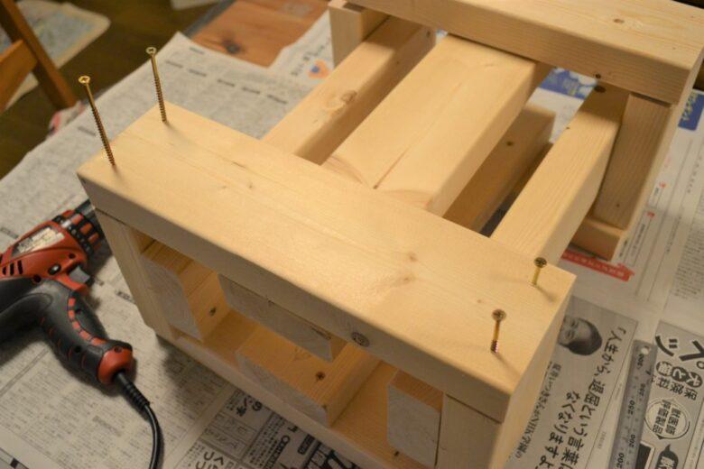 囲いの2x4材を固定する