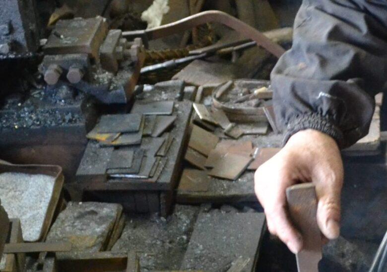 積み上げられた鋼の薄板