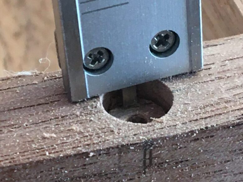 深さゲージを使って、穴の深さを測る