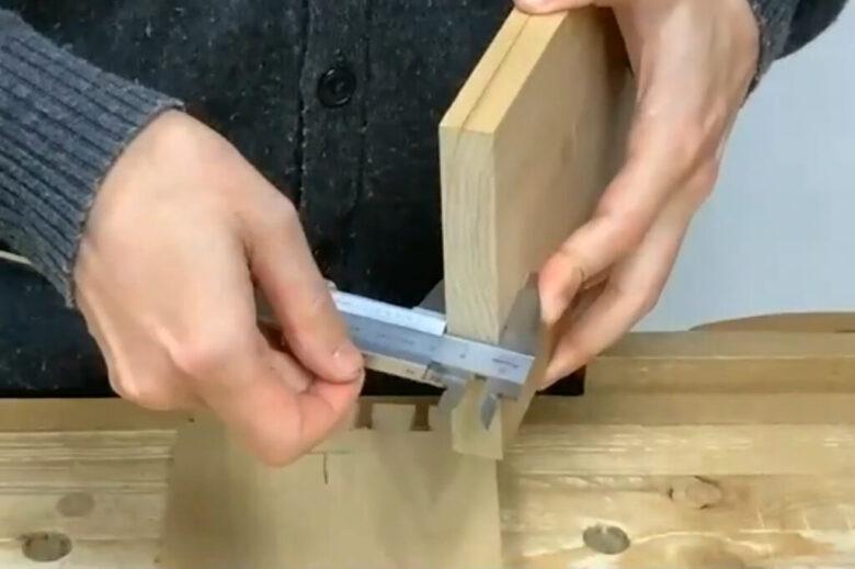 ノギスで板の厚さを測る