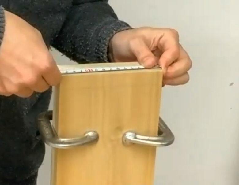 ベンチバイスに挟んで板の幅を測る