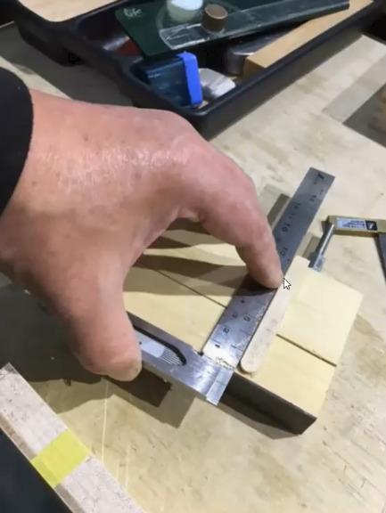 アキュレットガイドの底に直角にアイスの棒を貼る