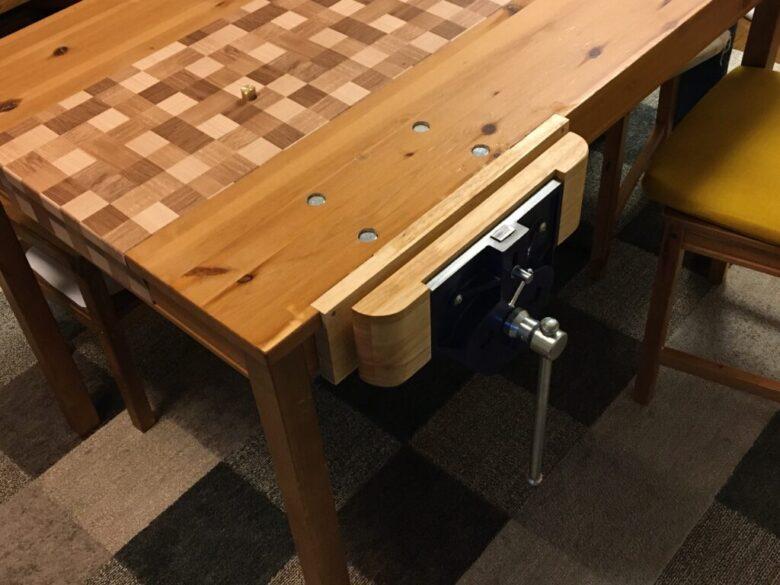 テーブルに取り付けたベンチバイス