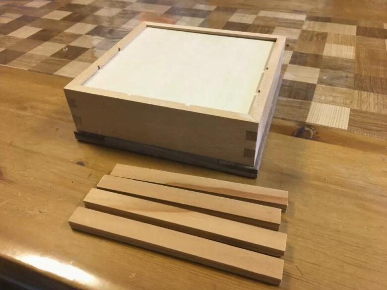 箱を固定する材が貼りつけられない