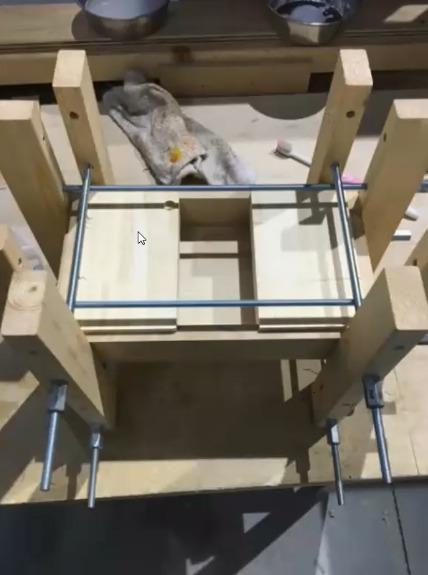 開口部に同じ寸法の木材を挟んでクランプ