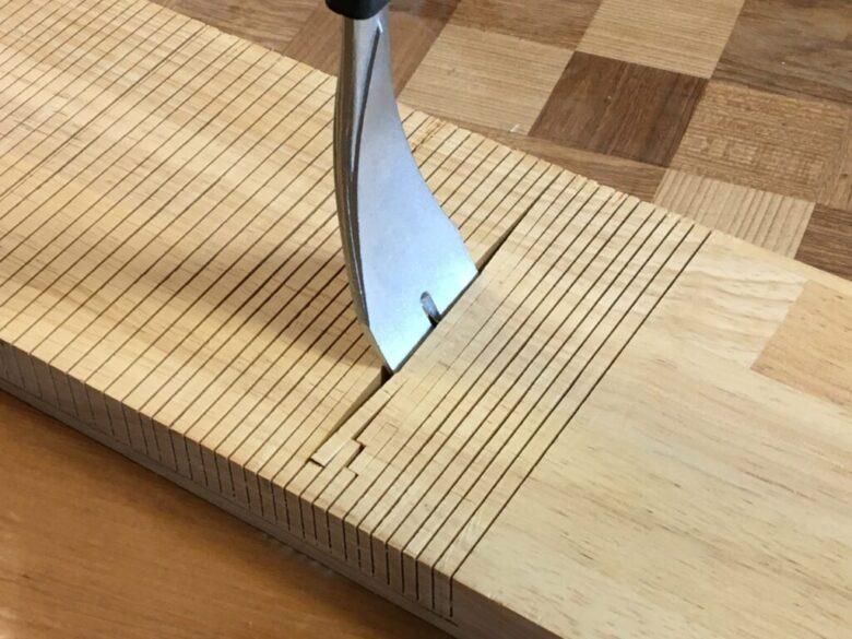 ノコギリの溝にインテリアバールを差し込むと、かんたんに折ることができる