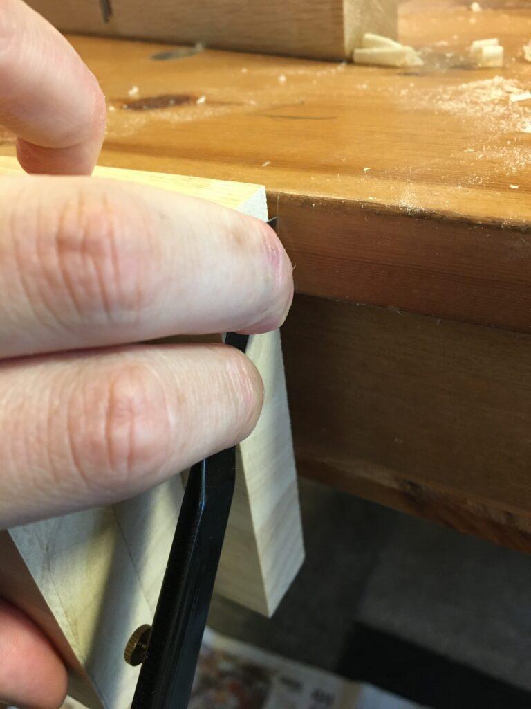 作業台側に切り欠き位置の墨付け