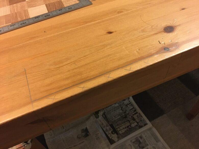 天板の突き出ている部分を、ベンチバイスの幅で切り落とす