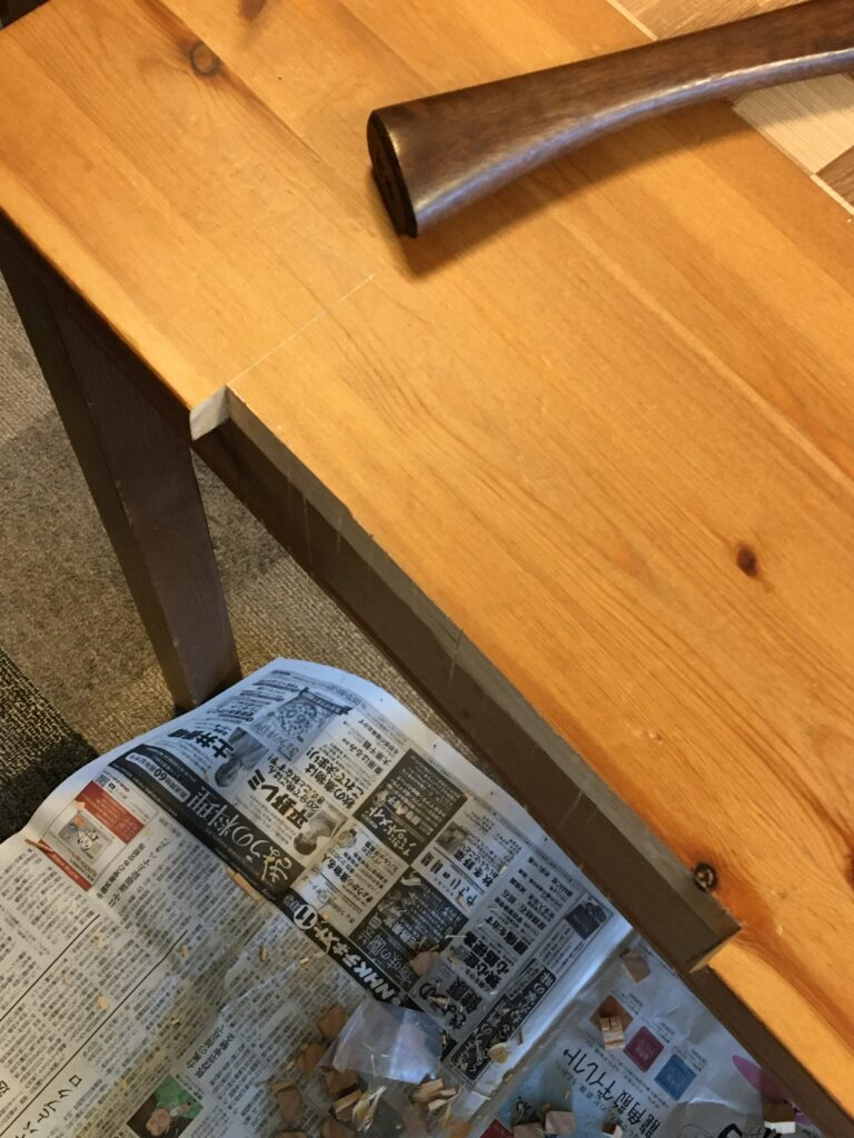机の天板を切り欠いたところ
