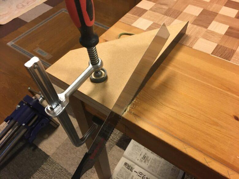 直角切り治具を使って、両端にノコギリを入れる