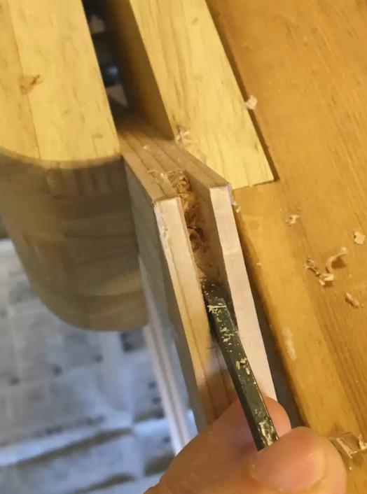 鑿で溝を仕上げる