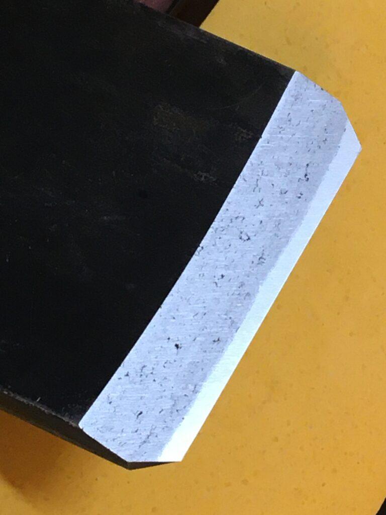 中砥石で研いだ鉋の鎬面