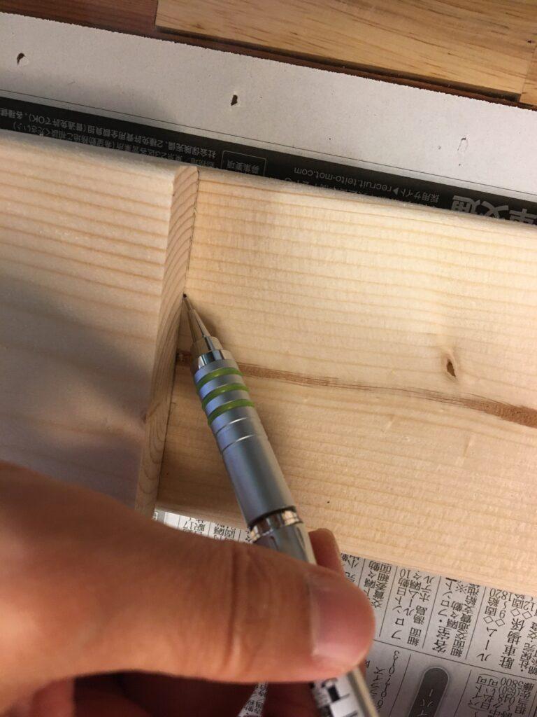 切り出した木材をガイドに線を引く