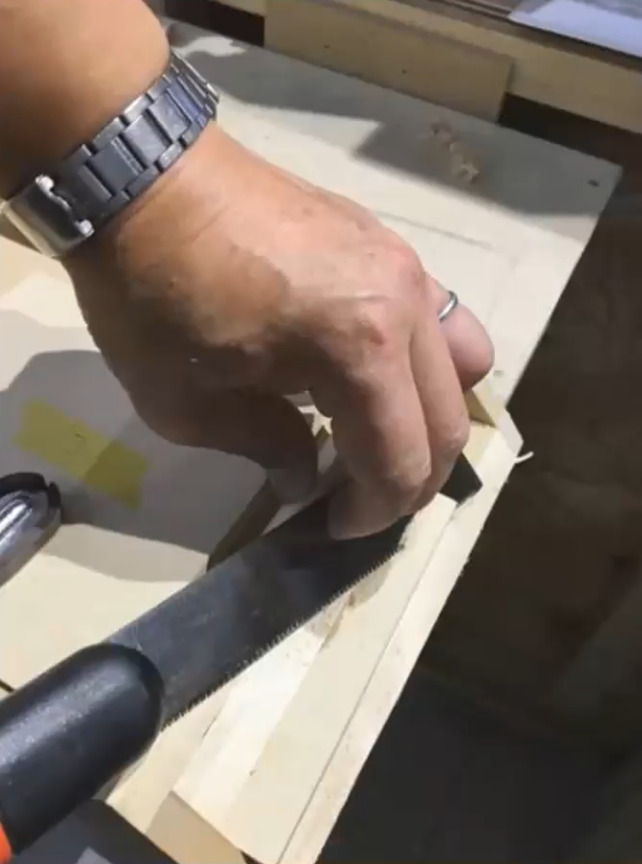 大留め削り台で大留め加工しています