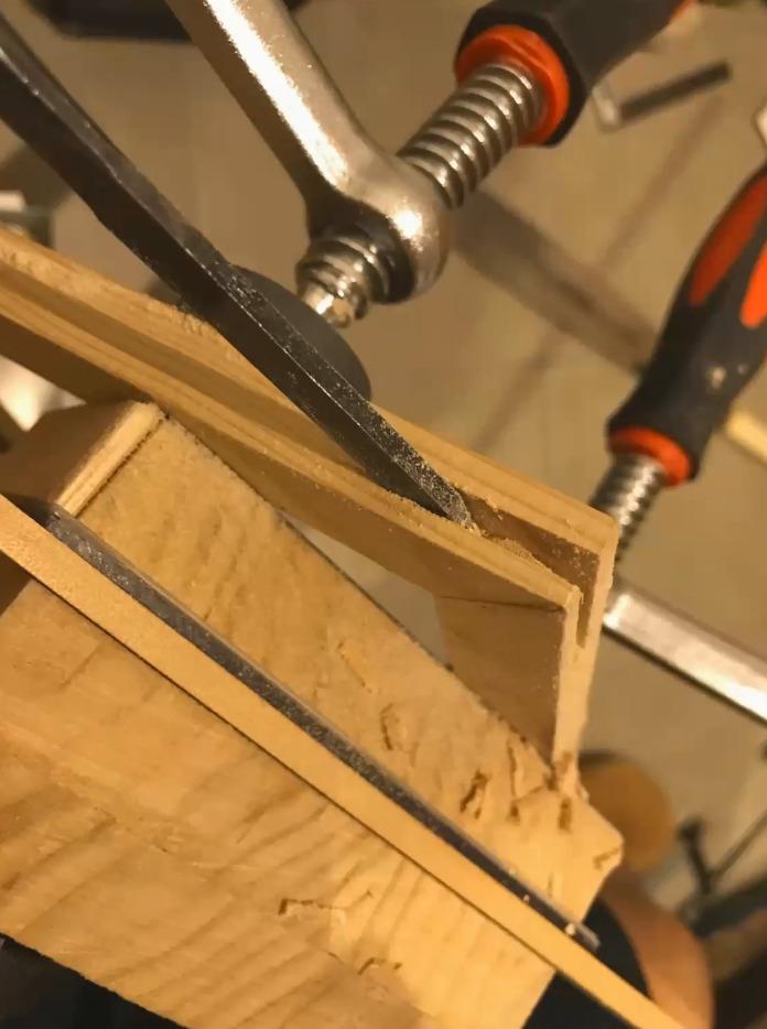 糸鋸と鑿で修正しました