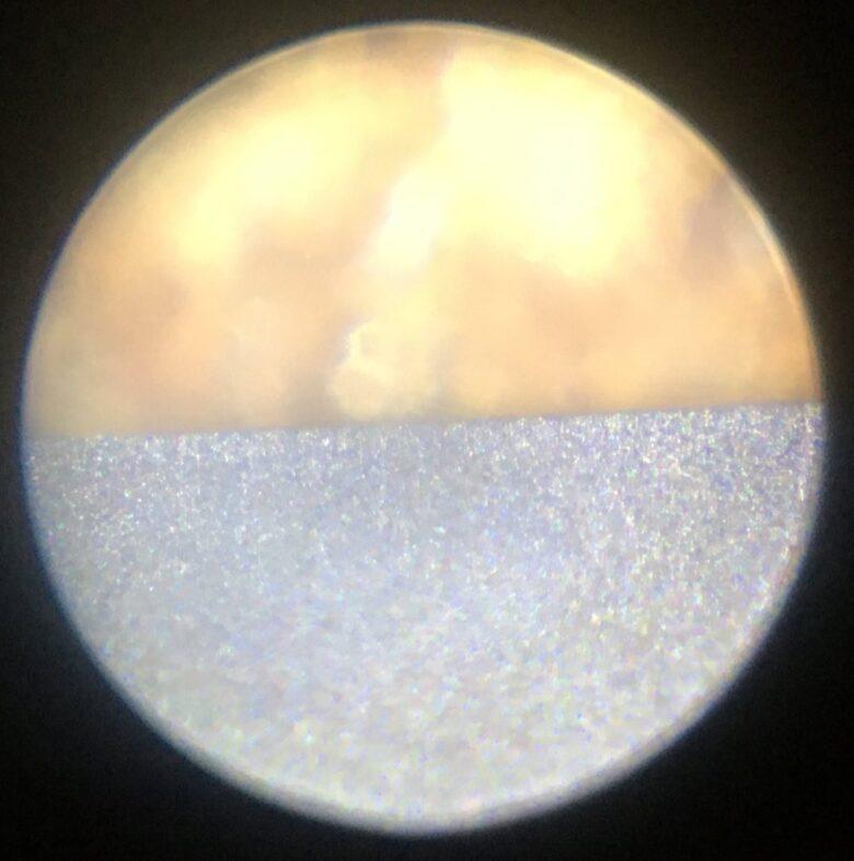 天然砥石(敷内曇)で仕上げた鉋刃の顕微鏡写真(x100)