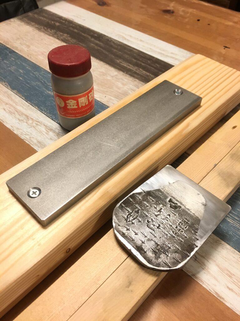 金盤と金剛砂と押し棒を使って裏押しをする方法