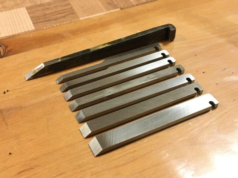 プラウプレーンのブレード7枚(手前)と機械作里鉋の刃(奥)