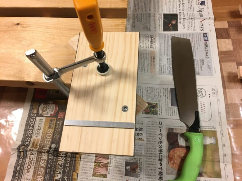 材料を留め切りガイドの斜めフェンスに合わせてクランプ