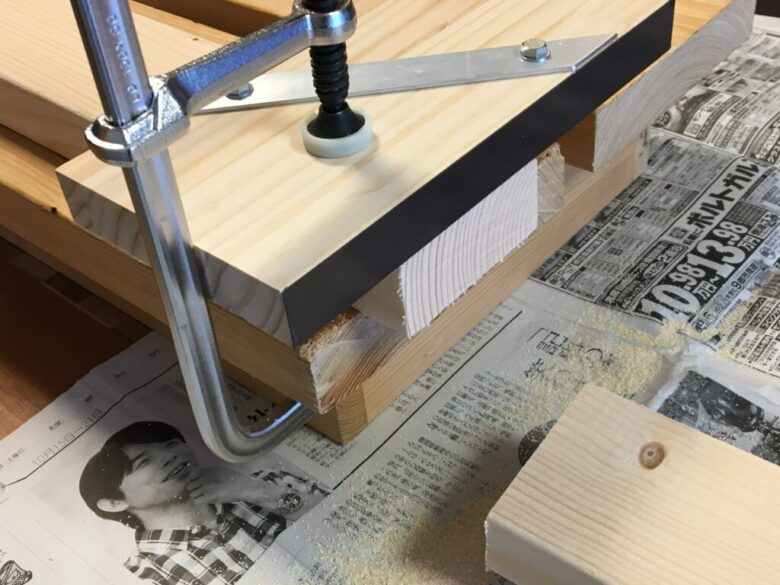 直角ガイドとして使う場合は、直角フェンスを材料に当てる